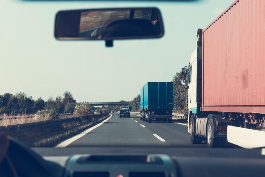 Windschutzscheibe mit Blick auf Autobahn